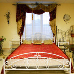Кованый комплект - кровать и прикроватные тумбочки