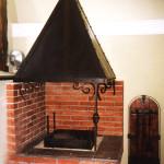 Кованый камин с вытяжкой и кованая каминная стойка